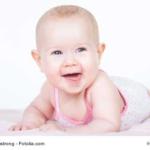 Baby-Mädchen-grinst